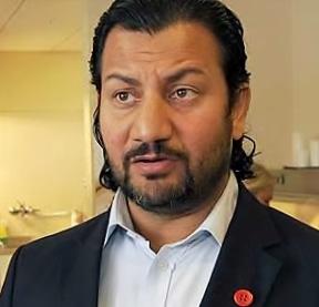 Generalsekretær i Islamsk Råd Norge er en tydelig bærer av Rød Knapp - symbolet for Stopp vold mot kvinner.